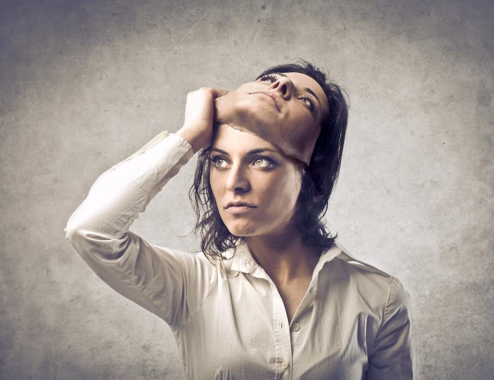 Et billede, der indeholder person, kvinde, væg, jord  Automatisk genereret beskrivelse